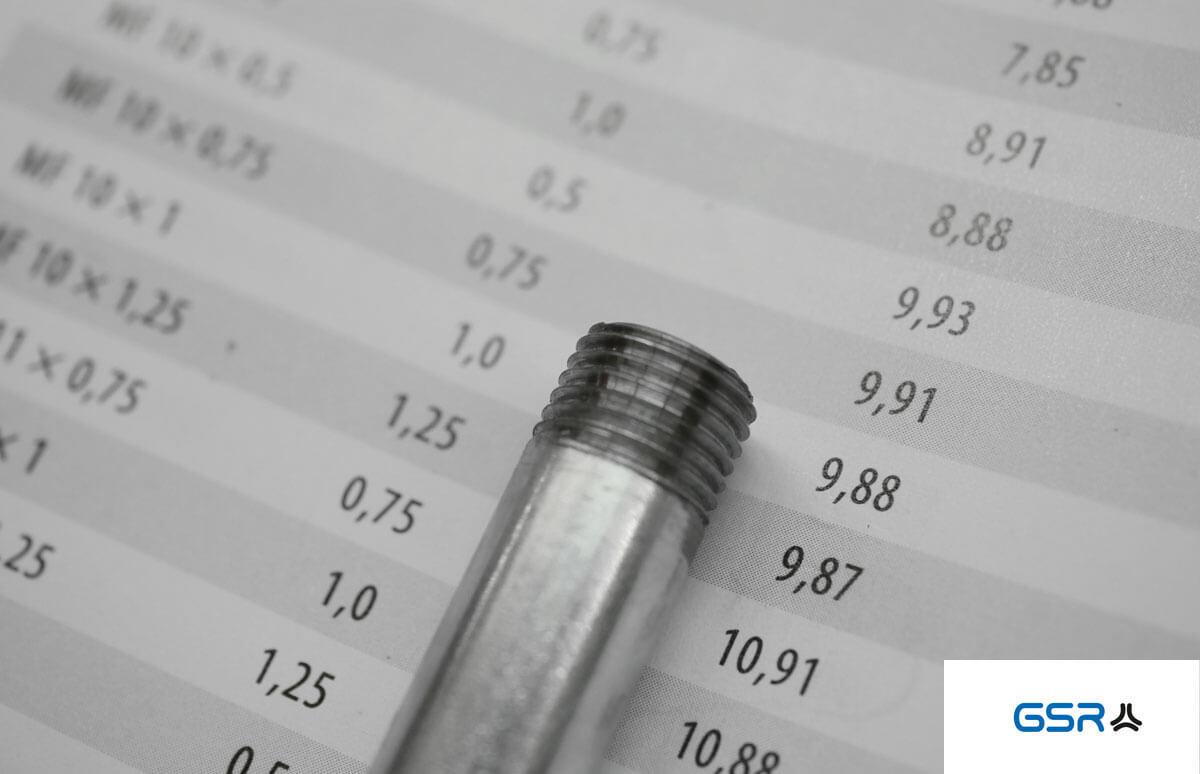 Vorarbeitsdurchmesser beim Schneiden von Außengewinden: Bolzen mit technischer Tabelle (Fasendurchmesser, Kerndurchmesser und Bolzendurchmesser)