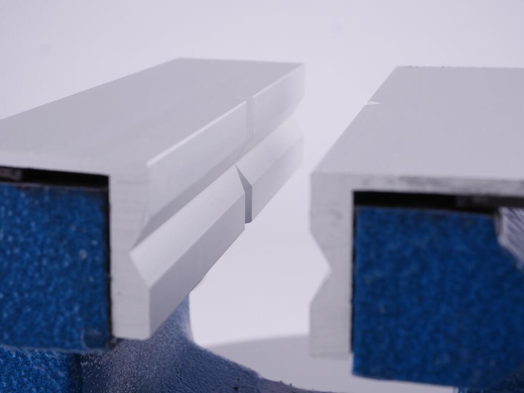 Nahaufnahme des Schonbacken-Profils aus Aluminium im Schraubstock