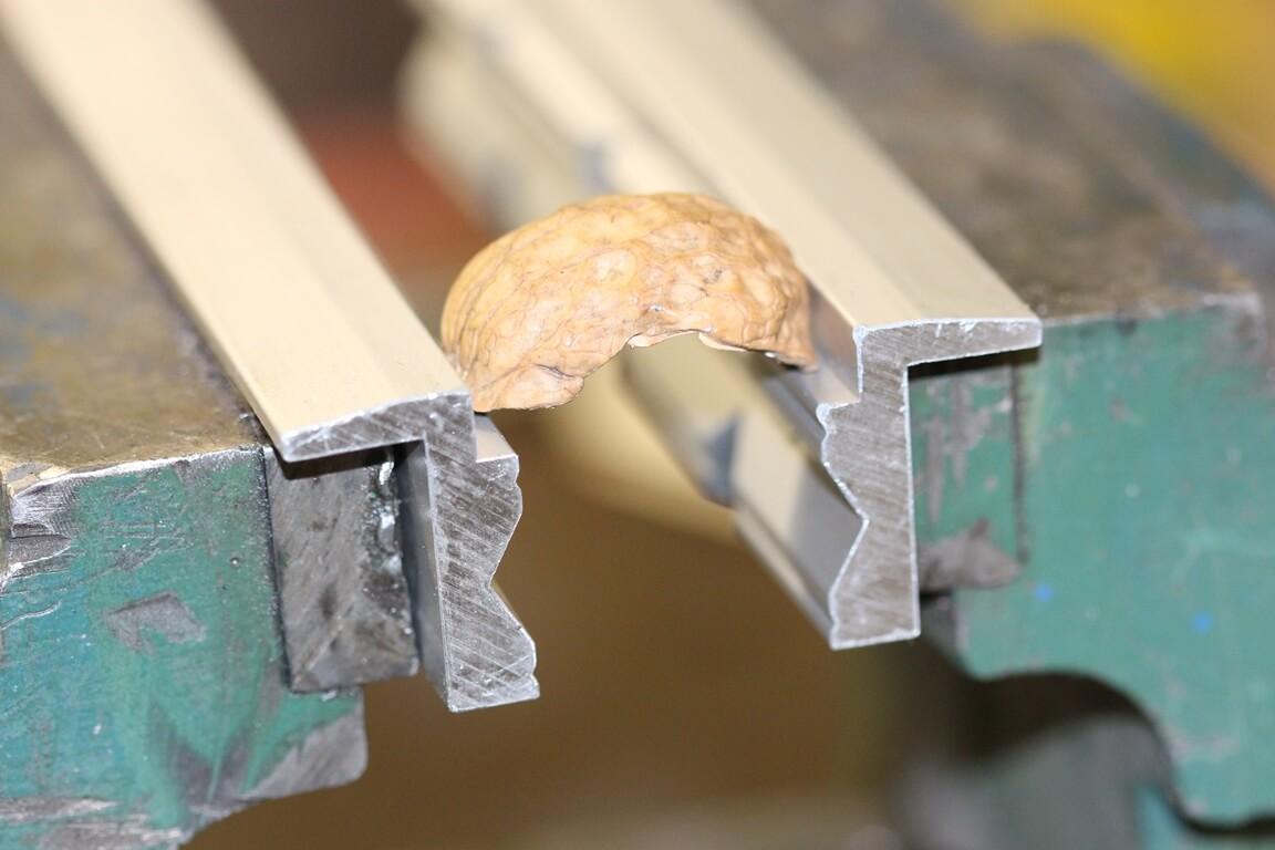Schonbacken-Anwendung: Nahaufnahme einer Walnussschale auf dem 90 Grad Absatz der Schonbacken