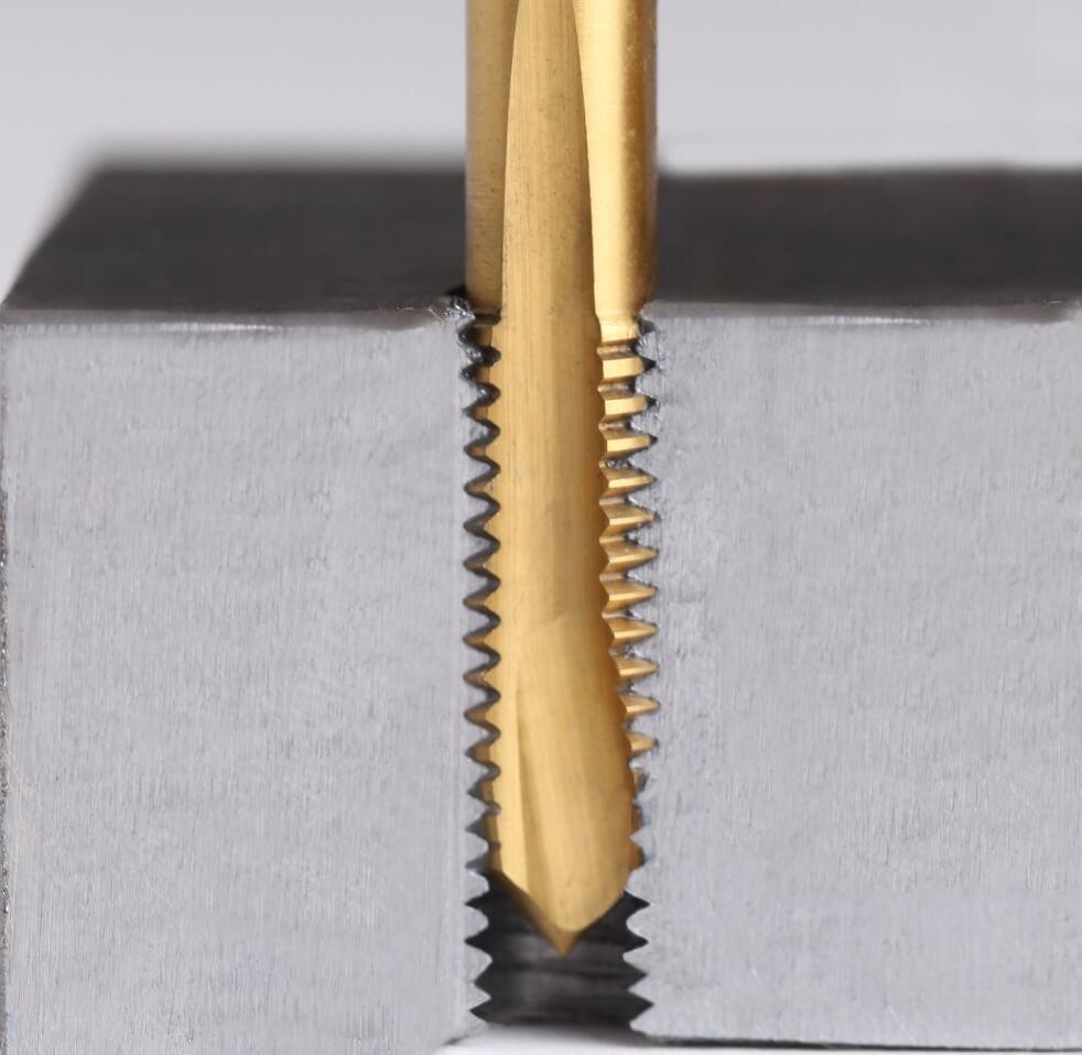 Kernlöcher im Querschnitt: Bohrung eines Durchgangsloch (Dulo) mit einen gerade genuteten Maschinengewindebohrer und Schälanschnitt