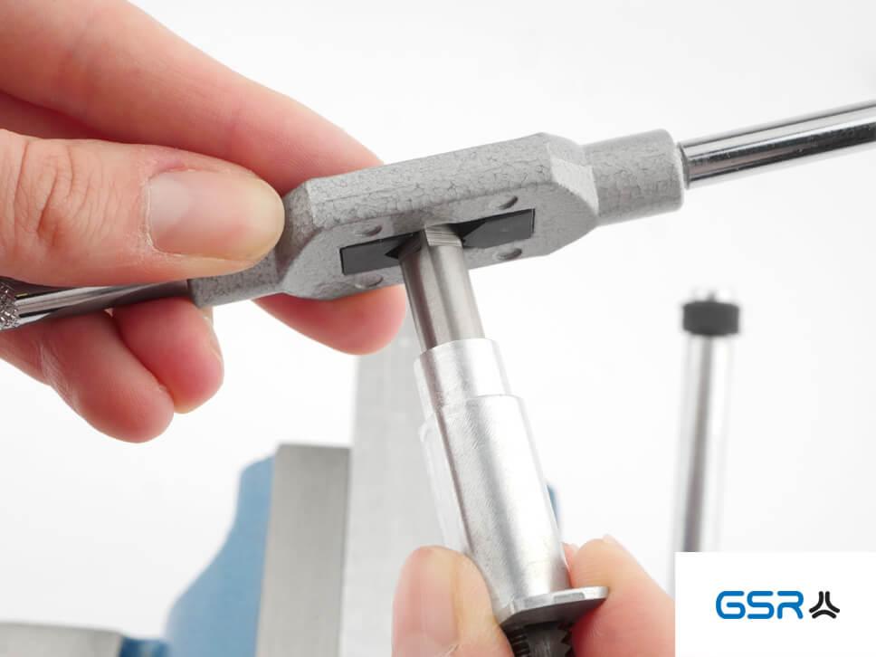 GSR Hand-Gewindebohrer-Führungen mit eingespanntem Gewindeschneider und verstellbaren Windeisen