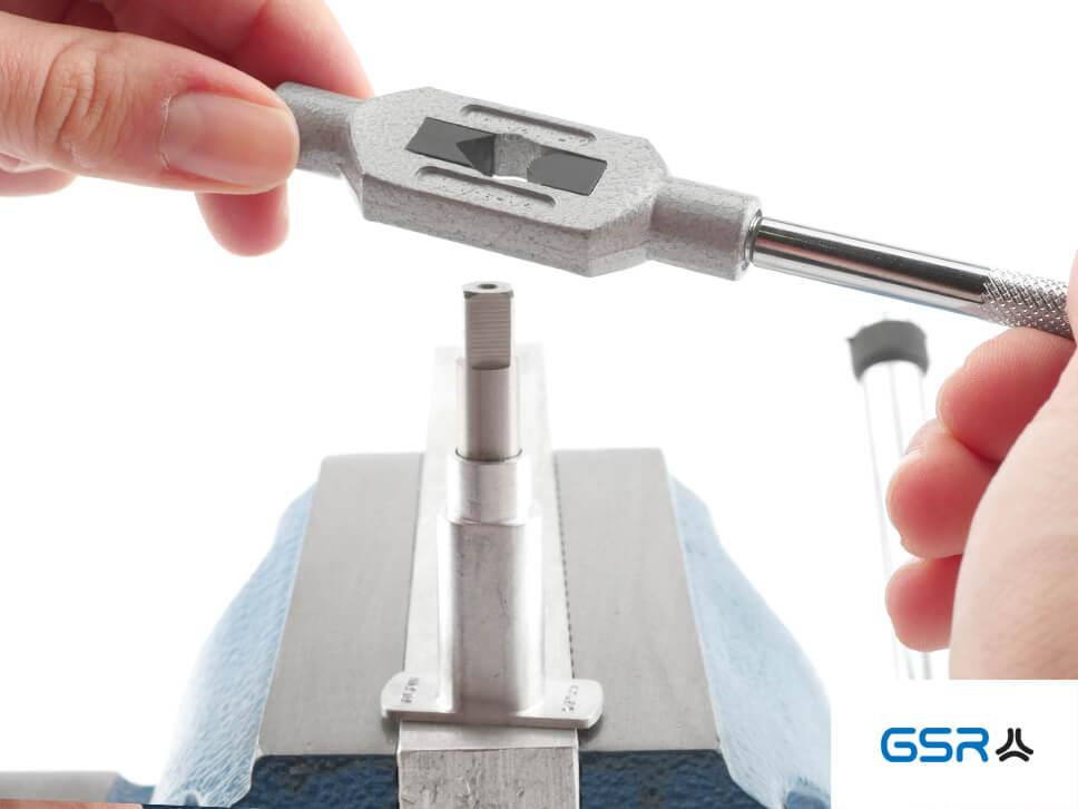 Ausrichtung  der GSR Hand-Gewindebohrer-Führungen mit eingespanntem Gewindeschneider und verstellbaren Windeisen am Werkstück