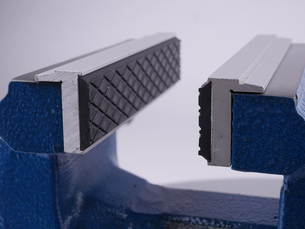 Nahaufnahmen der Schonbacken aus Aluminium mit Gummi-Profil im Schraubstock