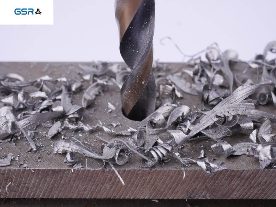 GSR PowerSpike Metallbohrer für Akkuschrauber: Detailansicht der Bohrspitze in Metall während des Bohrvorgangs mit mit Metallspäne