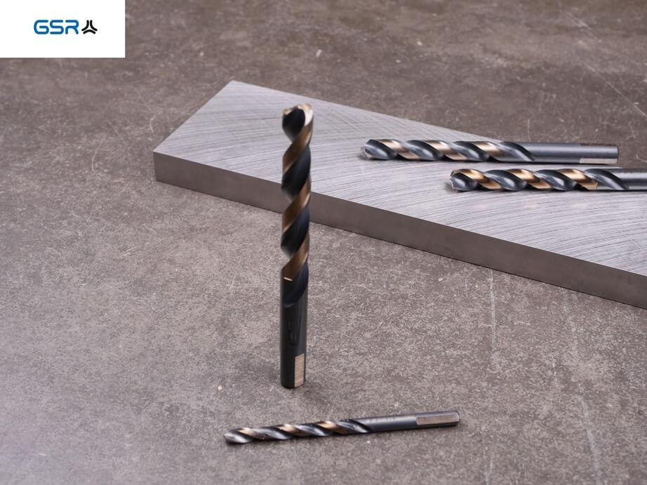 GSR PowerSpike Metallbohrer für Akkuschrauber: Metallstück und Übersicht aller Größen auf der Arbeitsplatte
